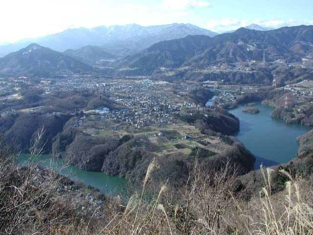 相模川津久井湖付近の河岸段丘。段丘面に住宅地や農地が広がっている。20... 堆積岩と地層